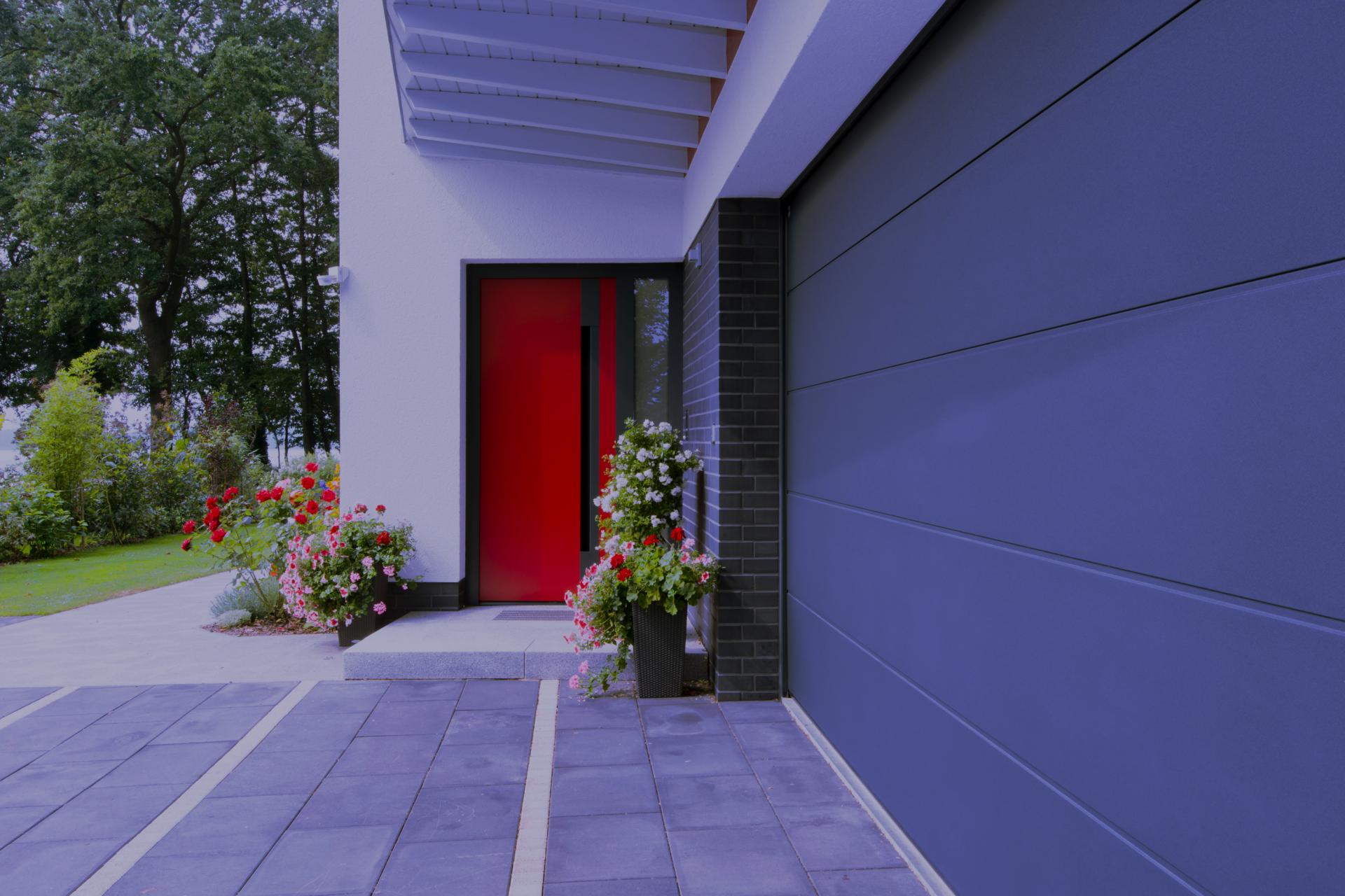 rote Tür aus der Entfernung in blau